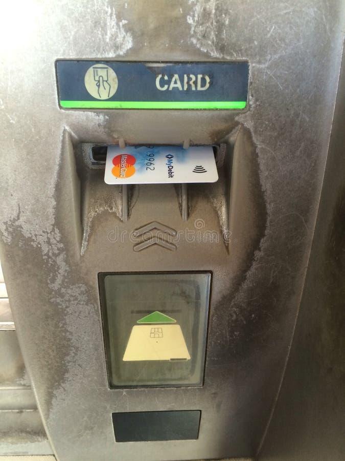 Zamyka w górę mistrzowskiej karty lub karta banka w ATM maszynę fotografia royalty free