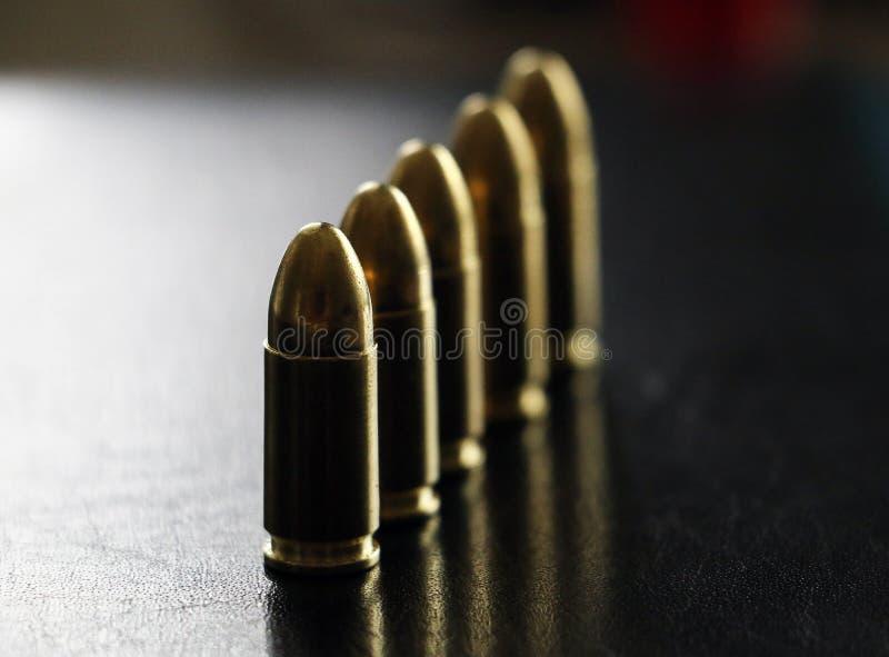Zamyka w górę 9 mm złotego pistoletowego pociska ammo na tle zdjęcia royalty free