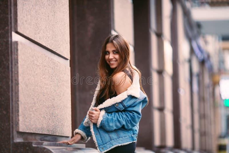 Zamyka w górę moda przełazu ulicznego portreta ładna dziewczyna w spadku przypadkowego stroju brunetki Piękny pozować plenerowy obraz stock