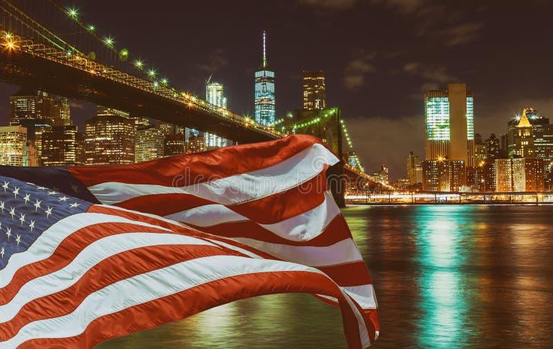 Zamyka w górę mostu brooklyńskiego z flagą przy nocą, Miasto Nowy Jork, usa fotografia stock