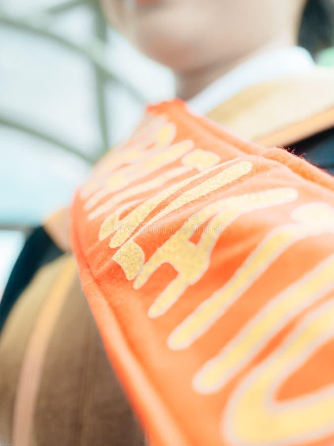 Zamyka w górę munduru dla uniwersyteckiej skalowanie ceremonii z miękką częścią fo obrazy royalty free