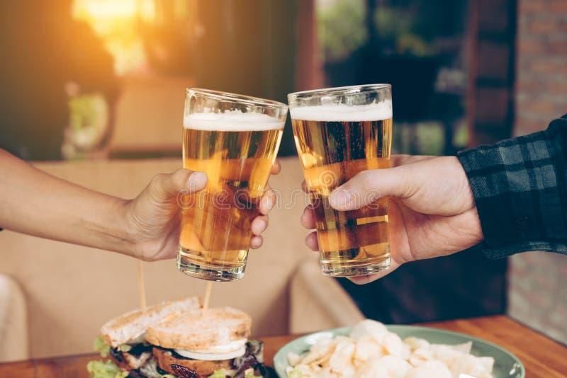 Zamyka w górę nastolatków przyjaciół wznosi toast i clinking z szkłem był fotografia stock