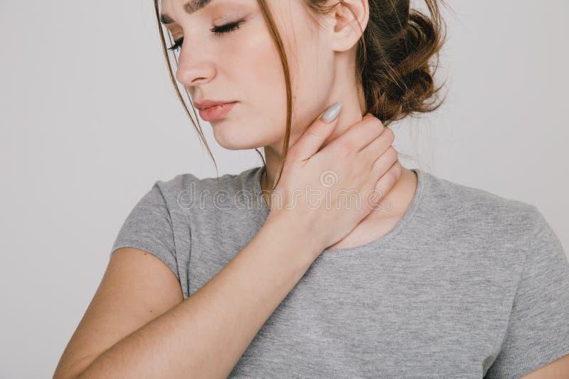 Zamyka w górę obrazka młoda kobieta z neckache obraz stock