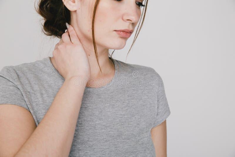 Zamyka w górę obrazka młoda kobieta z neckache zdjęcie stock
