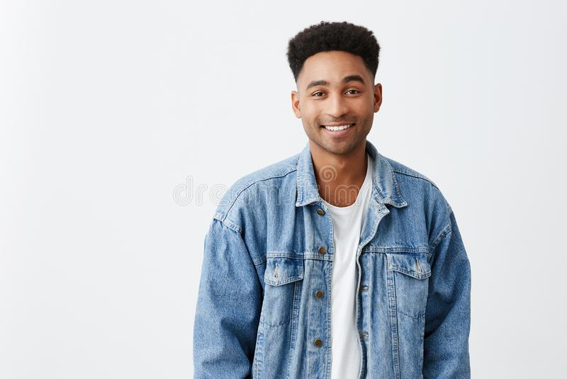 Zamyka w górę odosobnionego na białym portrecie młody piękny rozochocony ciemnoskóry męski student uniwersytetu z afro fryzurą fotografia royalty free
