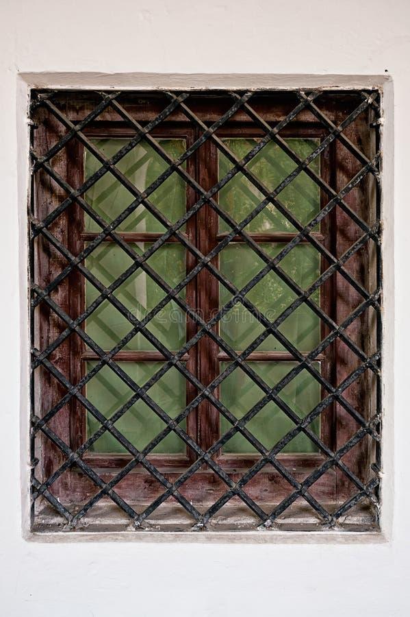 Zamyka w górę okno z stalowego pręt grillem w kamiennej ścianie obrazy royalty free
