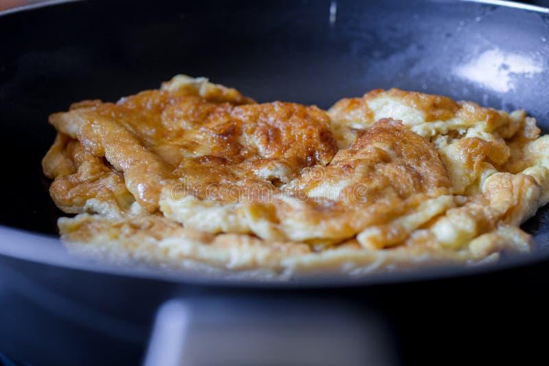 Zamyka w górę omelette w niecce Omelette jest łatwy robić i zdrowy deliciouses obrazy royalty free