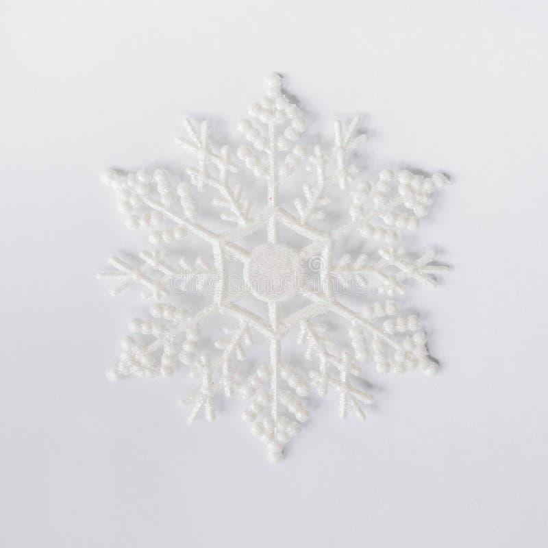 Zamyka w górę płatka śniegu na białym tle zdjęcie royalty free