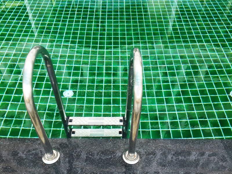 Zamyka w górę pływackiego basenu z schodkiem obraz royalty free