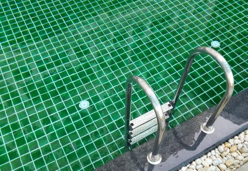 Zamyka w górę pływackiego basenu z schodkiem fotografia royalty free