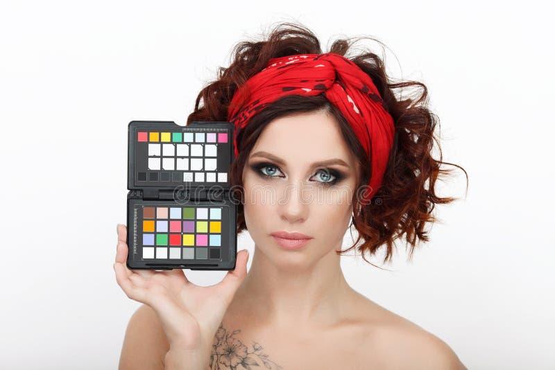 Zamyka w górę piękna studia strzału piękna rudzielec kobieta z wspaniałego makeup kędzierzawego włosy mienia koloru kalibracyjnym zdjęcie stock