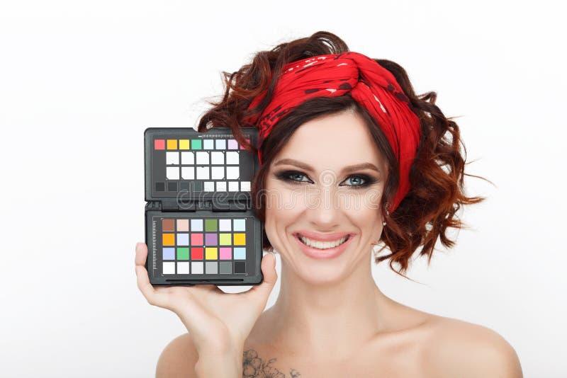 Zamyka w górę piękna studia strzału piękna rudzielec kobieta z wspaniałego makeup kędzierzawego włosy mienia koloru kalibracyjnym fotografia royalty free