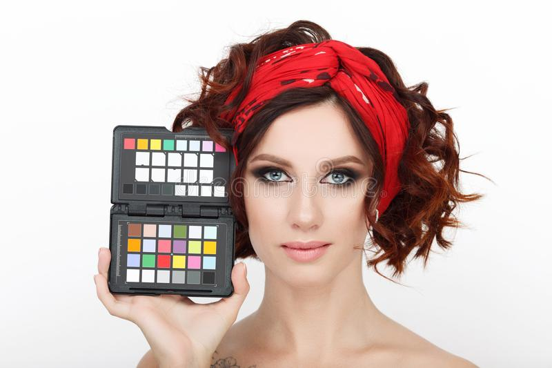 Zamyka w górę piękna studia strzału piękna rudzielec kobieta z wspaniałego makeup kędzierzawego włosy mienia koloru kalibracyjnym obraz royalty free