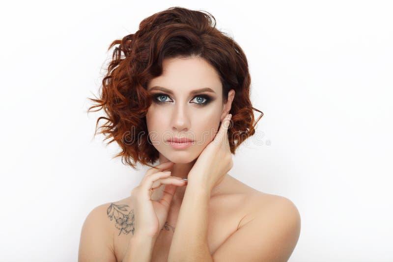 Zamyka w górę piękna studia strzelającego piękna rudzielec kobieta z wspaniałego makeup kędzierzawym włosy obraz stock
