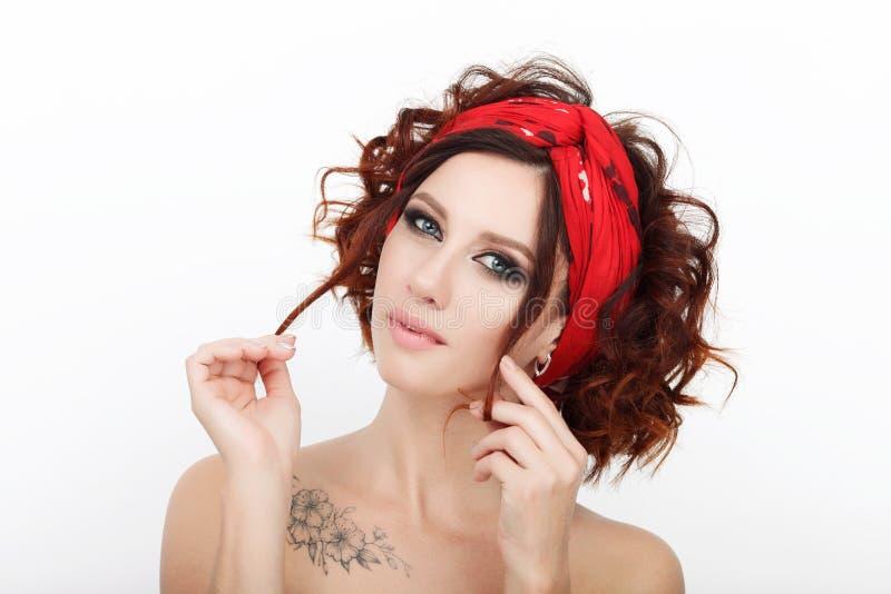 Zamyka w górę piękna studia strzelającego piękna rudzielec kobieta z wspaniałego makeup kędzierzawym włosy zdjęcie stock