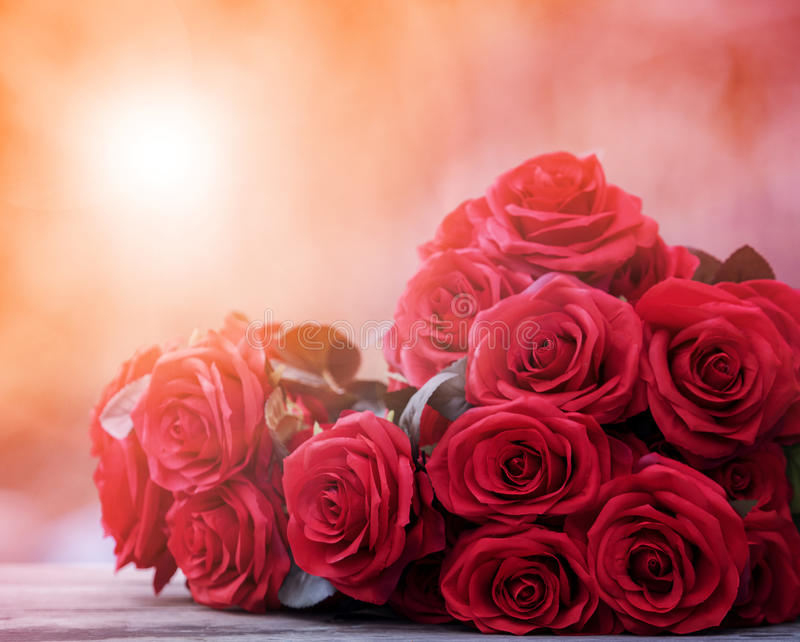 Zamyka w górę pięknego czerwonych róż bouguet z rozjarzonym lekkim backgrou obraz royalty free