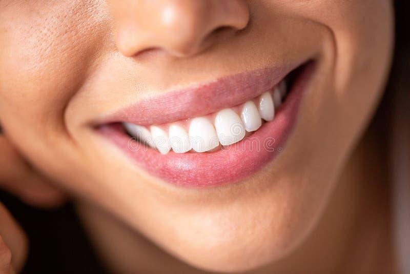 Zamyka w górę pięknego uśmiechu z błyszczeć białych zęby zdjęcia stock