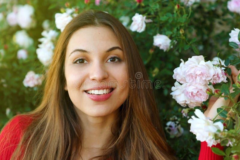 Zamyka w górę pięknej naturalnej kobiety w ogródzie między kwiatami obrazy royalty free