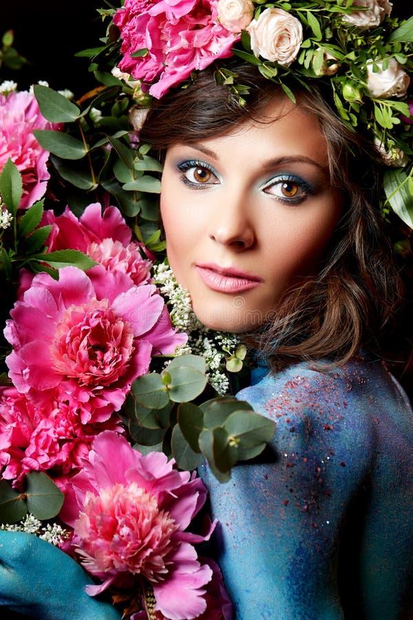 Zamyka w górę piękno portreta młoda kobieta z peones obrazy stock