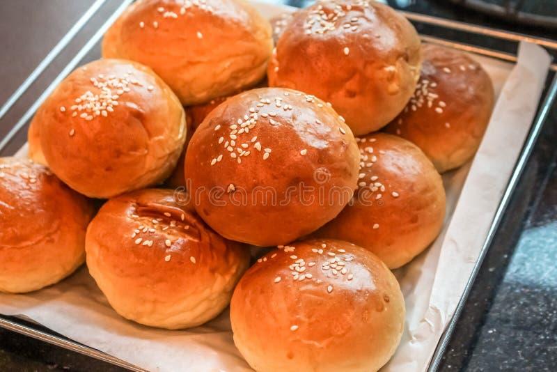 Zamyka w górę pięknych babeczek w tacy dla posiłku, śniadania/ obrazy royalty free