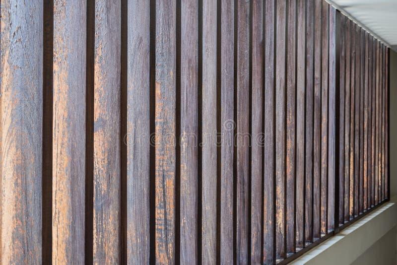 Zamyka w górę pionowo listwy brązu tekstury drewnianego abstrakcjonistycznego tła fotografia royalty free