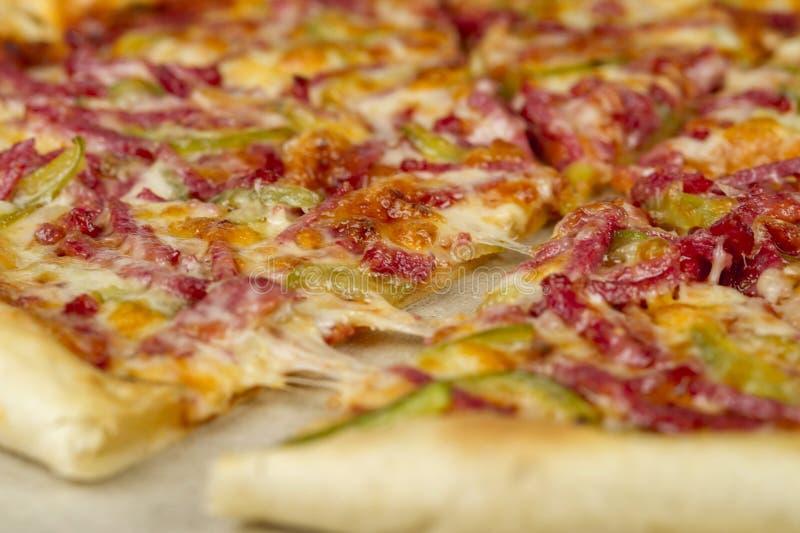 Zamyka w górę pizzy w na pokładzie białego tła obrazy royalty free