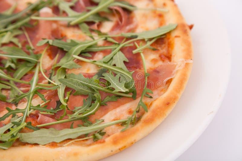 Zamyka w górę pizzy z prosciutto Parma baleronem i arugula sałatki rakietą fotografia royalty free