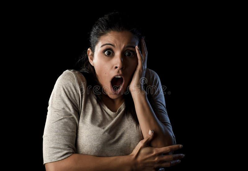Zamyka w górę portret młodej atrakcyjnej Łacińskiej kobiety krzyczy desperacki i okaleczający odosobnionego na czerni zdjęcie royalty free