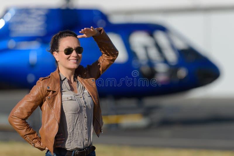 Zamyka w górę portret młodej kobiety helikopteru pilota zdjęcie stock