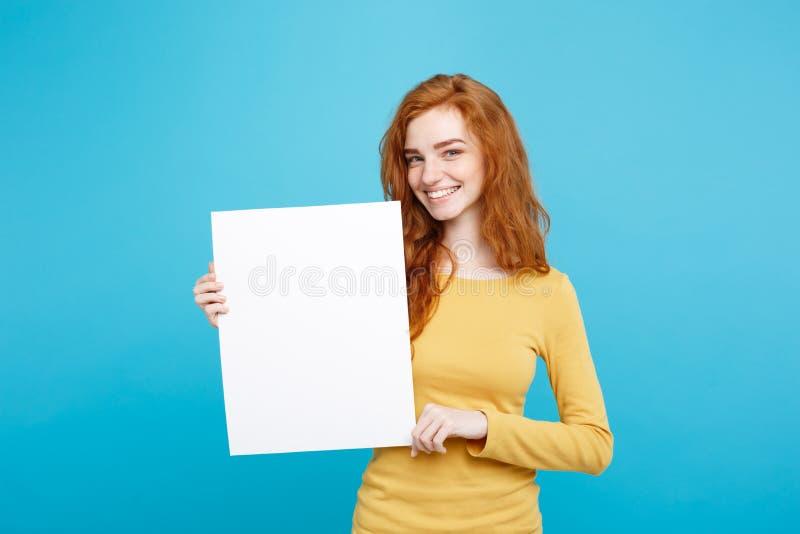 Zamyka w górę portret młodej pięknej atrakcyjnej imbirowej czerwonej włosianej dziewczyny ono uśmiecha się pokazywać puste miejsc obraz royalty free