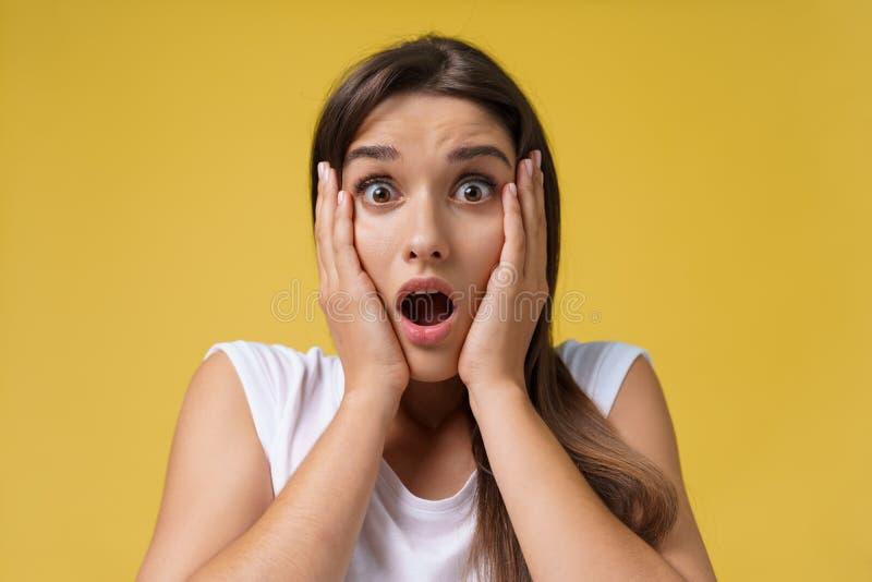 Zamyka w górę portret młodej pięknej atrakcyjnej studenckiej dziewczyny szokuje z coś jaskrawy tła kolor żółty kosmos kopii zdjęcia stock