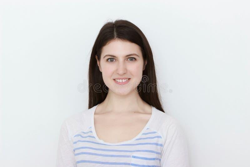 Zamyka w górę portreta ładna spokojna dziewczyna w białej koszulce zdjęcie stock