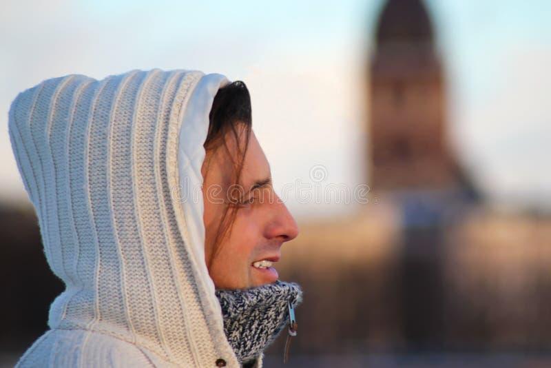 Zamyka w górę portreta w średnim wieku mężczyzna uśmiechnięty i patrzeje w odległość, stać plenerowy zdjęcia stock