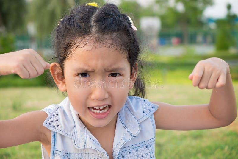 Zamyka w górę portreta Asia mała dziewczynka z gniewnym wyrażeniem zdjęcia stock