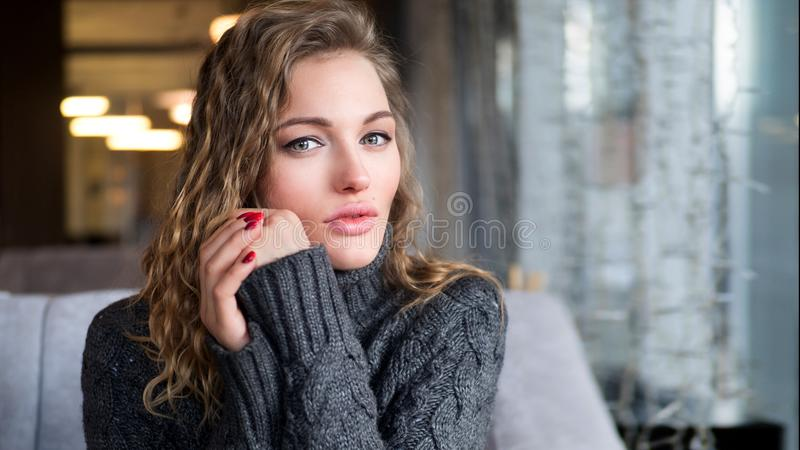 Zamyka w górę portreta atrakcyjny żeński międzynarodowy uczeń podczas przerwy w sklep z kawą czekaniu dla kolega z klasy spotykać fotografia royalty free
