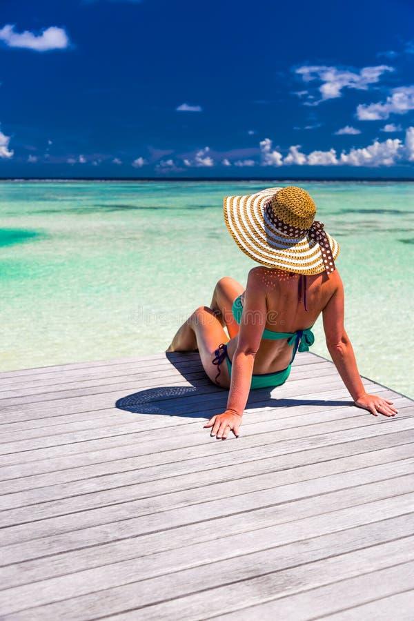 Zamyka w górę portreta cieszy się słońce przy plażą piękna młoda kobieta Lato podróży pojęcia projekt Lato plaży wakacje wakacje zdjęcie stock