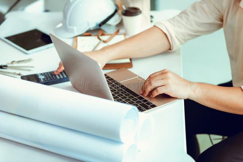 Zamyka w górę portreta cywilny inżynier używa laptop planować pr zdjęcie stock