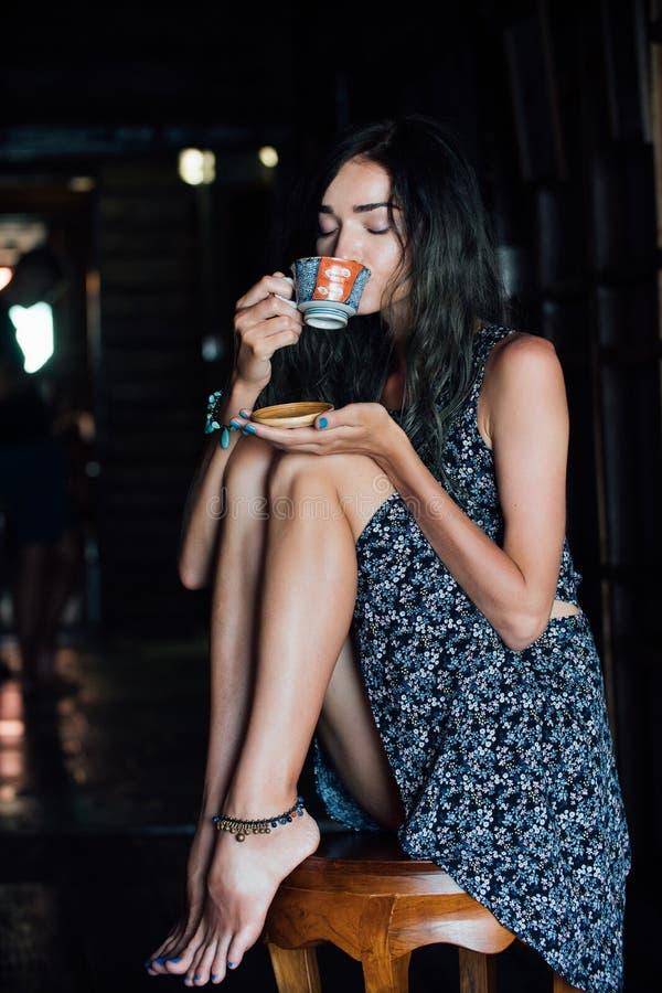 Zamyka w górę portreta dziewczyna pije kawę w rocznik kawiarni na tarasie w Azja zdjęcie royalty free