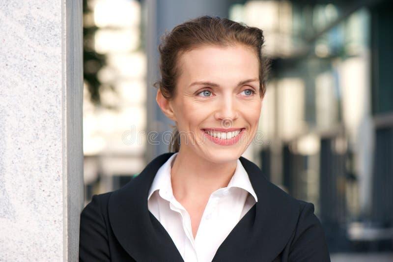 Zamyka w górę portreta fachowy biznesowej kobiety ono uśmiecha się zdjęcie royalty free