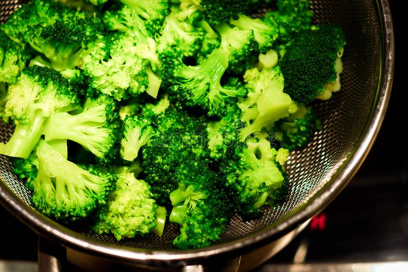 Zamyka w górę portreta gotujący brokuły w potrawce zdjęcie royalty free