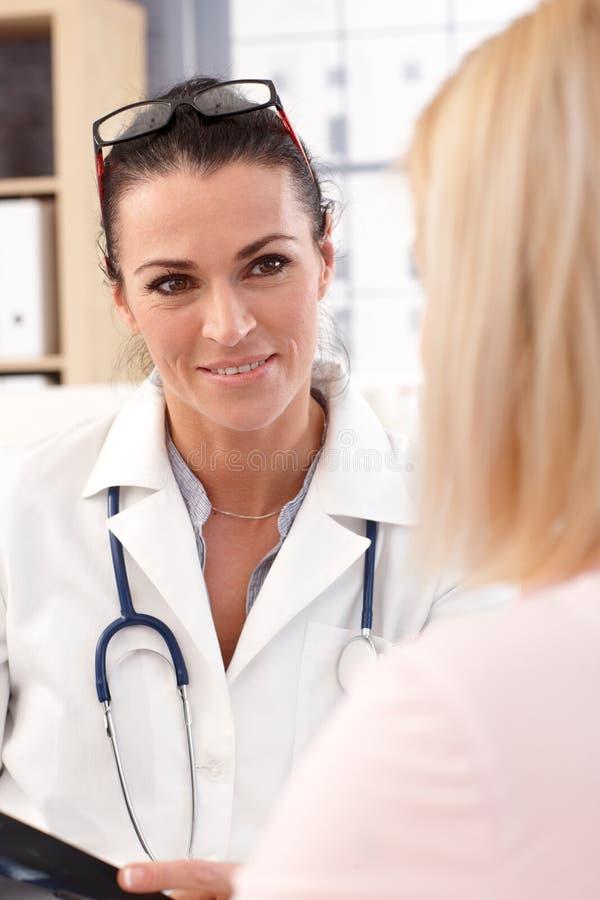 Zamyka w górę portreta kobiety lekarka z pacjentem obraz stock