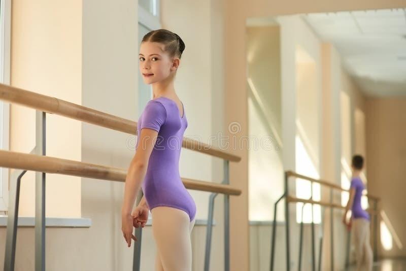 Zamyka w górę portreta młoda balerina przy klasą fotografia royalty free