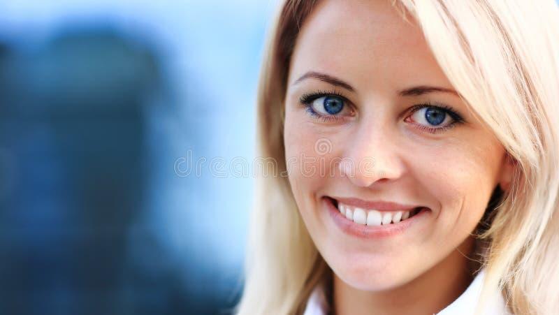 Zamyka w górę portreta młoda kobieta w biznesie zdjęcia stock