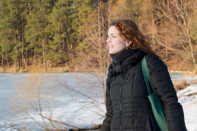 Zamyka w górę portreta młoda piękna czerwona włosiana europejska dziewczyna cieszy się podmuchowego wiatr zdjęcia royalty free