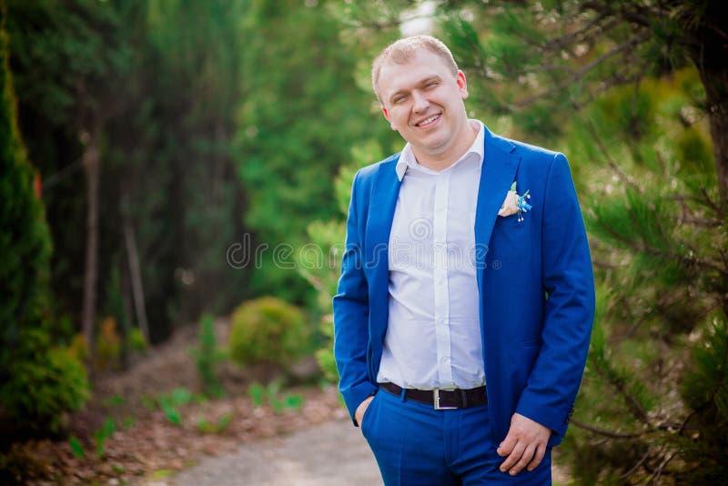 Zamyka w górę portreta młody biznesowy mężczyzna w błękitnym kostiumu i białej koszula na tle obrazy stock