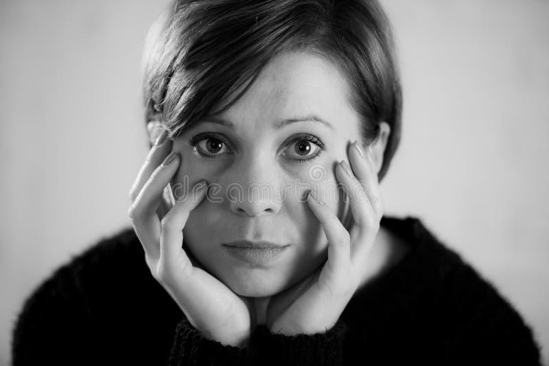 Zamyka w górę portreta młody cukierki i ładna czerwona włosiana kobieta patrzeje smutny i przygnębiony w dramatycznej twarzy wyra obraz stock