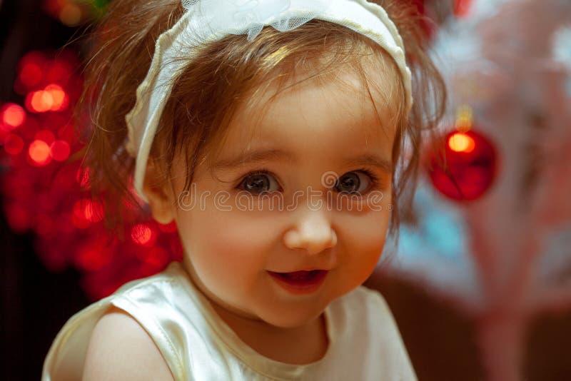 Zamyka w górę portreta mała dziewczynka przy boże narodzenie czasem fotografia royalty free