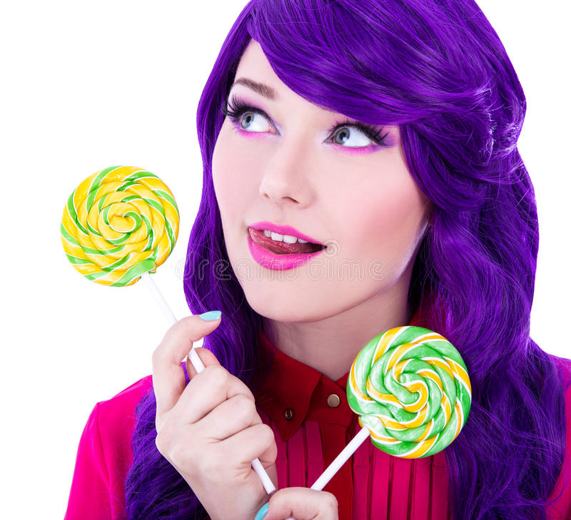 Zamyka w górę portreta marzyć kobiety z purpurowym włosy i colorfu zdjęcia stock