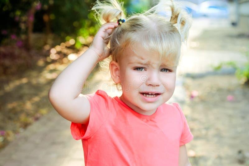 Zamyka w górę portreta płakać małej berbeć dziewczyny z outdoors tłem Dzieci emothions i uczuć pojęcie Seelctive ostrość, c obrazy royalty free