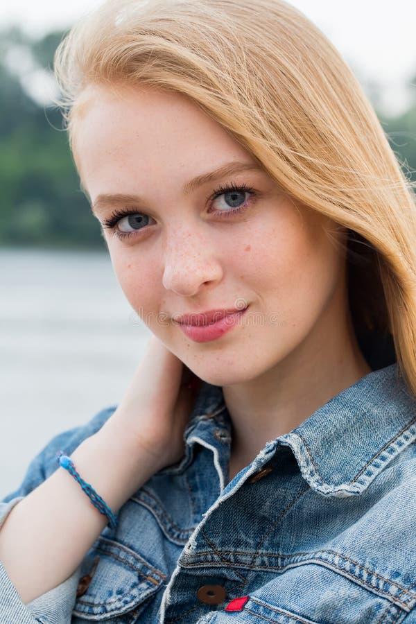 Zamyka w górę portreta piękna blondynki kobieta z piegami na twarzy i żadny makeup outdoors dziewczyna odizolowywający ja target6 zdjęcie royalty free